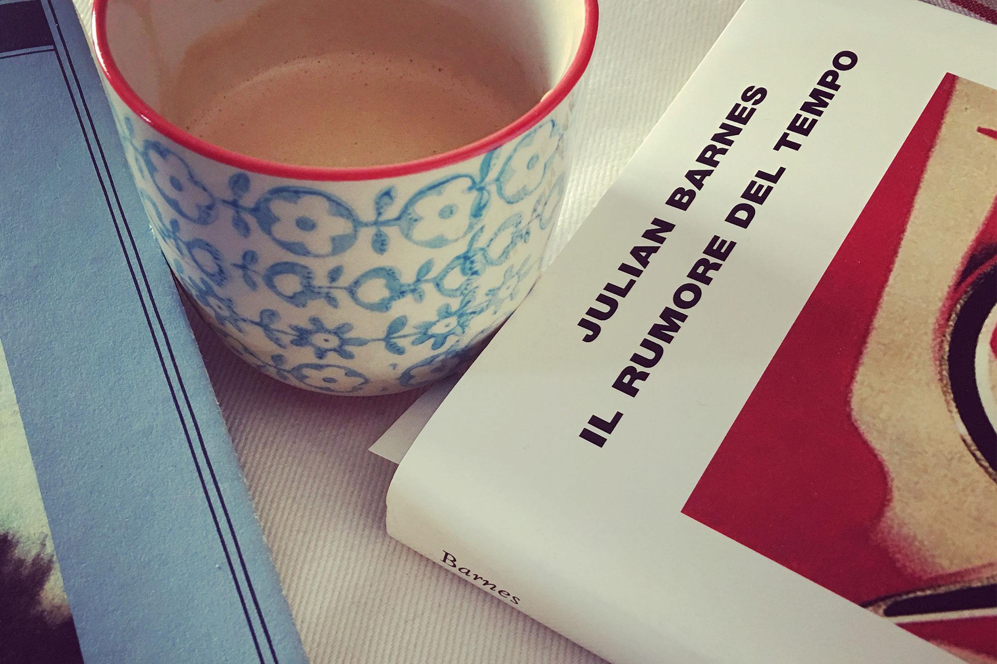 libro e tazza di caffè
