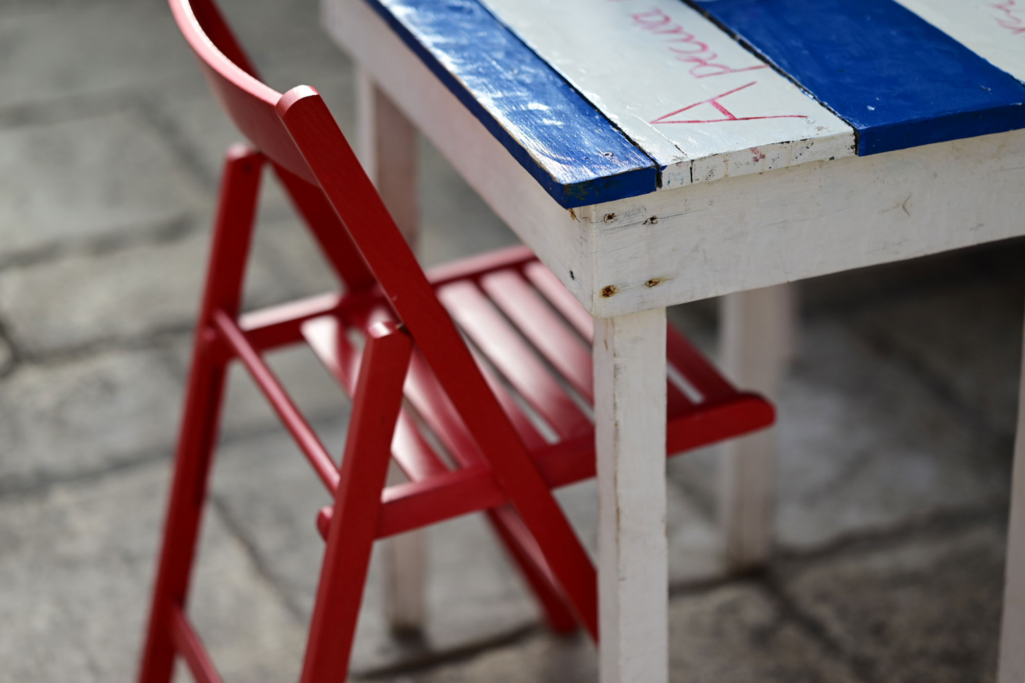 tavolino di legno con sedia rossa