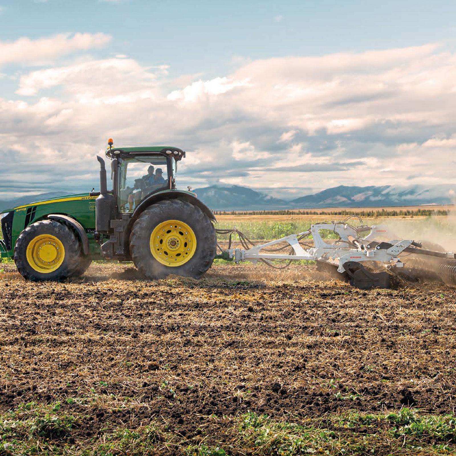 trattore con aratro