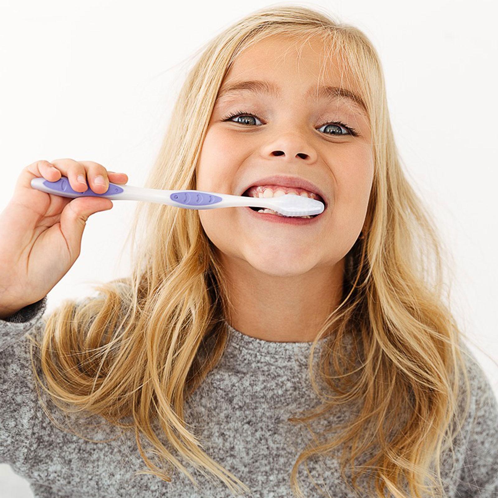 bambina che lava i denti