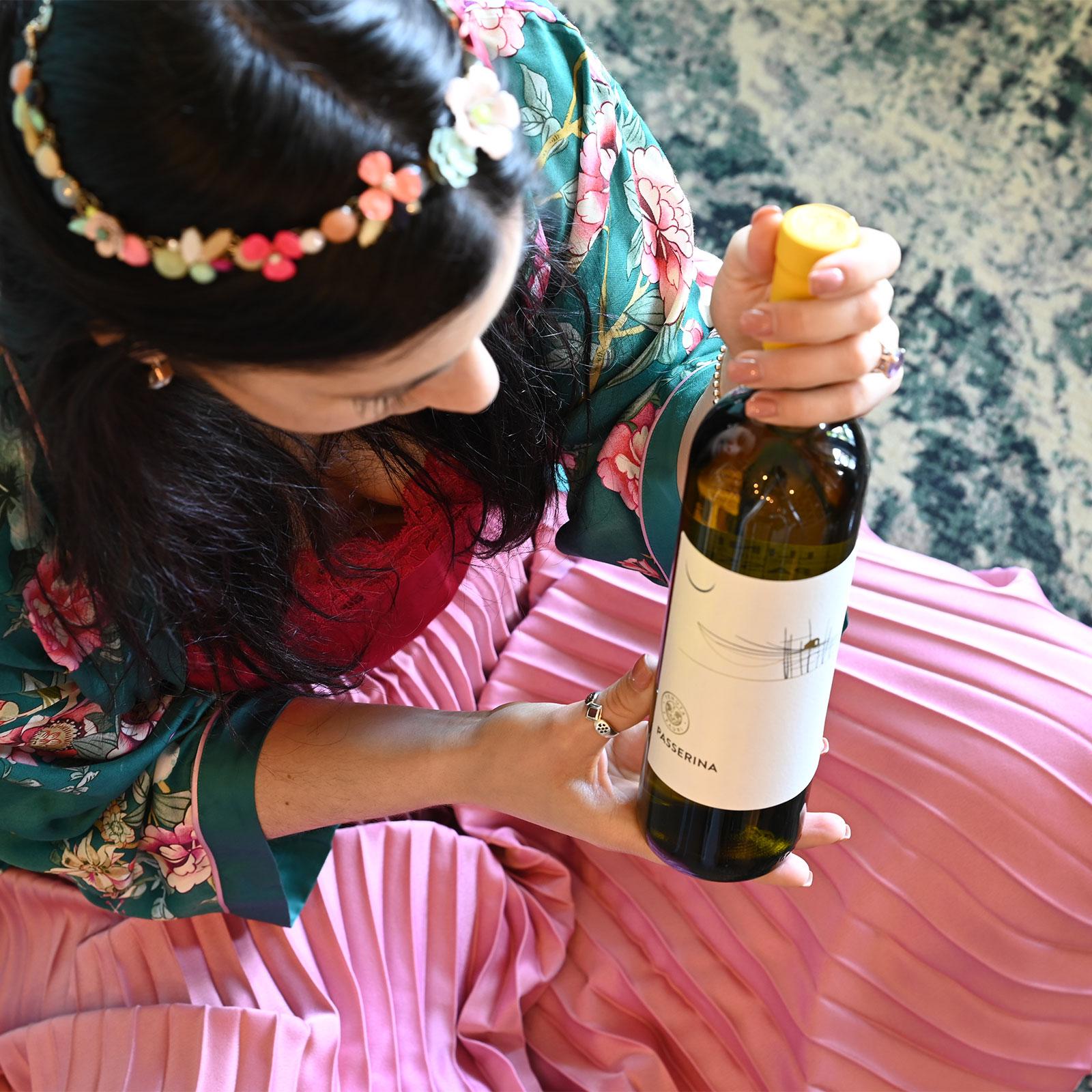 donna con bottiglia di vino